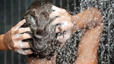 8 أخطاء نرتكبها أثناء غسل الشعر