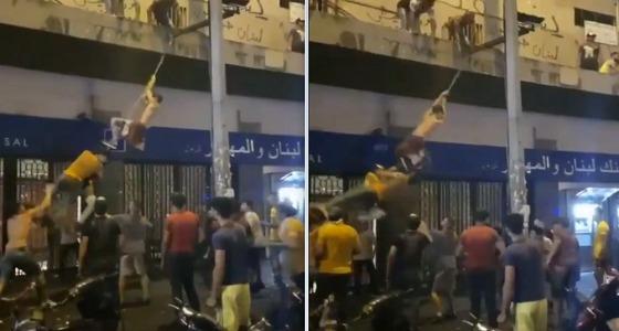 بالفيديو..لبنانيون يجسدون ترنح حزب الله قبل السقوط على طريقتهم الخاصة