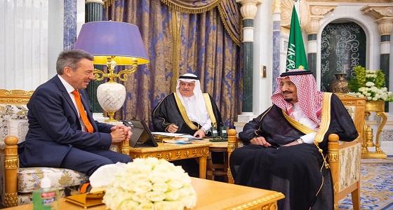 بالصور.. خادم الحرمين الشريفين يستقبل رئيس اللجنة الدولية للصليب الأحمر