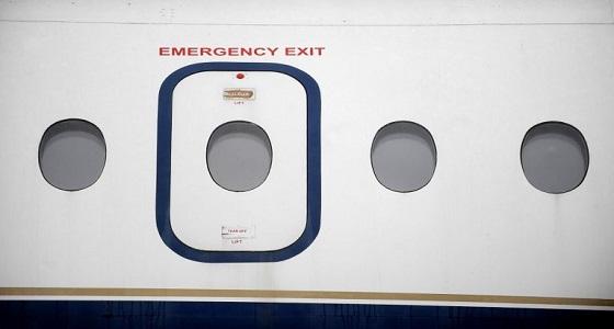 شاهد.. مخمور يخلع باب الطوارئ في طائرة قبل إقلاعها بلحظات