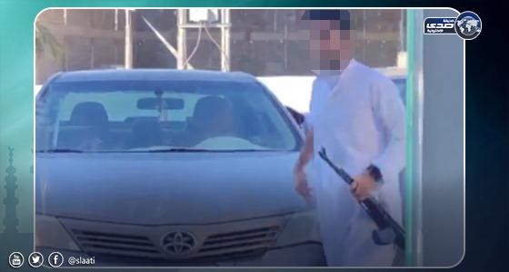 بالفيديو.. شاب يُطلق النار بسلاح رشاش على عُمال في محل بالحفر