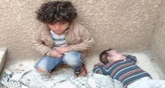 بالصور.. حالة صدمة من إلقاء أب وأم لطفليهما على «السلم»