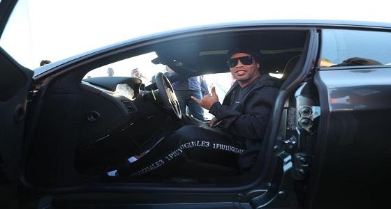 بالفيديو والصور.. النجم البرازيلي رونالدينيو يشتري أول سيارة في معرض الرياض للسيارات