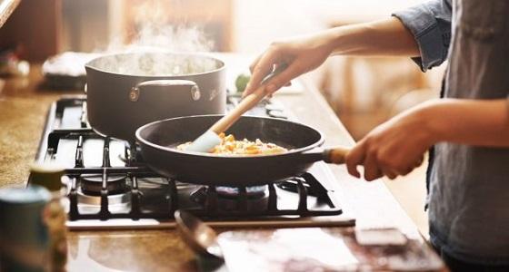 خبراء الصحة يحذرون : الطهي بهذه الأدوات قد يصيبك بالعقم