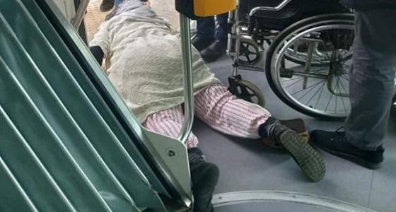 بالصور.. سحل وتعنيف مسنة مقعدة داخل عربة ترام والسبب «تذكرة»