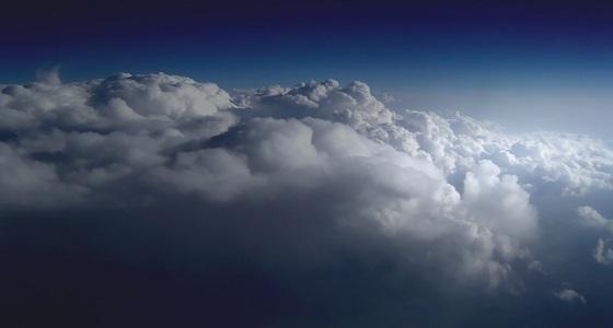 هطولات مطرية وتتشكل الغيوم بسماء جدة