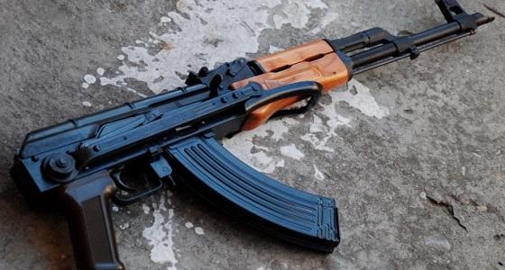 مٌسلح تحت تأثير الخمر يقتحم ملعب بكلاشنكوف