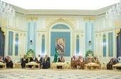 بالصور.. خادم الحرمين يستقبل الأمراء ومفتي عام المملكة وجمعا من المواطنين