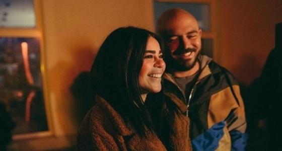 بالصور.. زوجة محمود العسيلي تتجاهل الانتقادات وتوجه له رسالة «رومانسية»