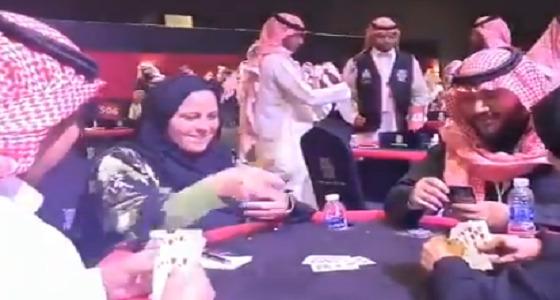 شاهد .. السيدات ينافسن الرجال في الرياض على طاولة البلوت