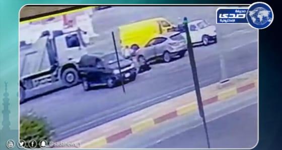 زوج يلقي زوجته من السيارة ويدهسها في خميس مشيط (فيديو)