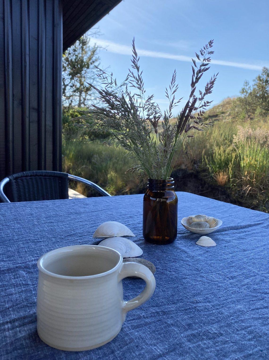 Sommerhusmorgener er nogle af de bedste af slagsen. Stille. Med varm kaffe og strik. Alene midt i naturen