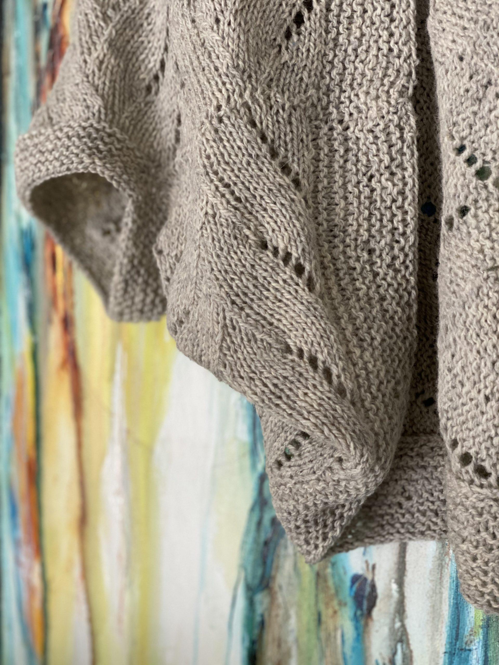 Iris er strikket færdig, monteret, blokket og klar til brug lige i tide til det efterår, der for alvor synes at have landet omkring Tjørnevang denne morgen.