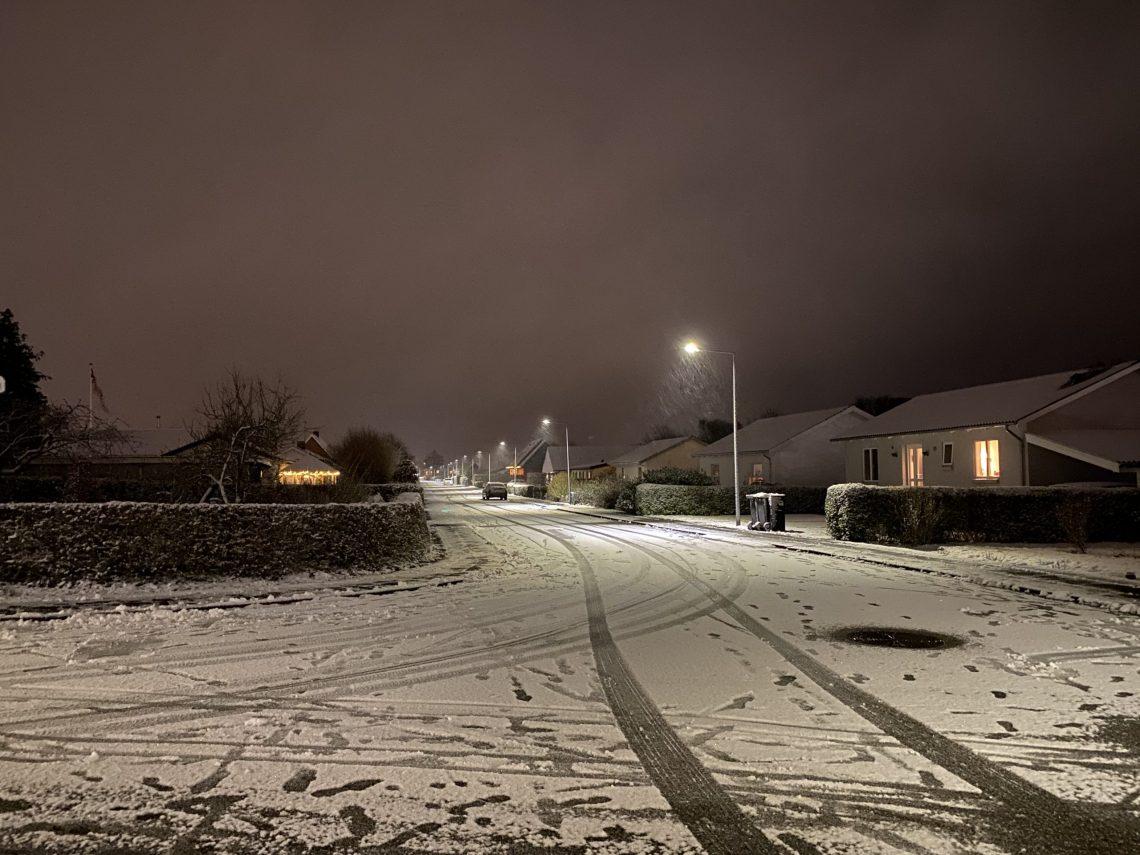 Endelig kom den sne, jeg har sukket sådan efter. Vinter. Frost. Bare en fornemmelse af, at verden et øjeblik vender rigtigt.