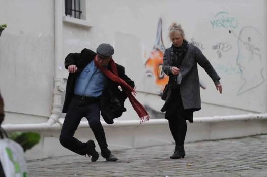 le week-end falling in the street