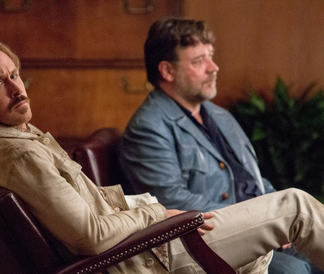 The Nice Guys Set Visit Ryan Gosling And Russell Crowe Hilariously Discover A Dead Body