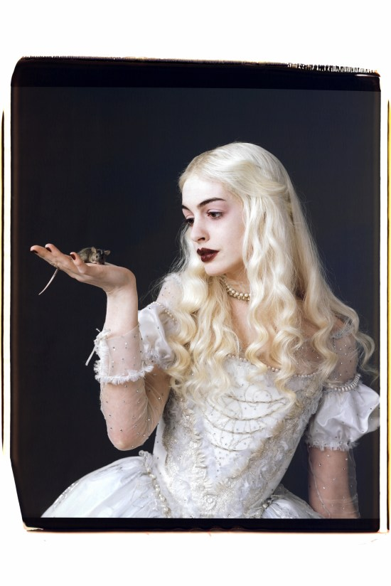 anne-hathaway-in-alice-in-wonderland_vanity-fair