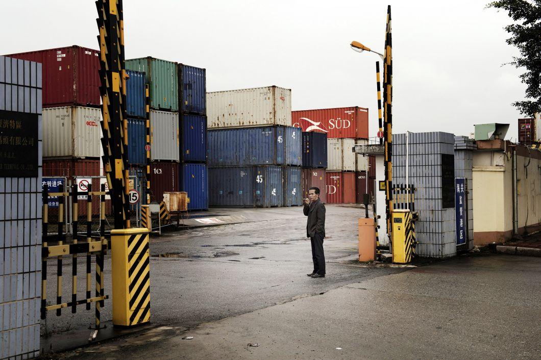«Les ordinateurs sont partout et la vie sans eux semble impensable. Selon les Nations Unies, 50 millions de tonnes de déchets électroniques toxiques s'accumulent chaque année dans le monde. Tous les mois, l'Occident expédie une quantité énorme de conteneurs d'articles usés et cassés dans des pays comme le Ghana. Avec la ratification volontaire de la Convention de Bâle en 1989,la loi interdit d'exporter davantage de ces déchets vers des pays qui ne sont pas membres de l'Organisation de coopération et de développement économiques (OCDE). Quoi qu'il en soit, tous les pays ne l'ontpas signée et cette pratique existe toujours y compris dans ceux qui l'ont ratifiée.Les inspections de dix-huit ports maritimes européens ont révélé pas moins de 47% des déchets illégaux destinés à l'exportation.»