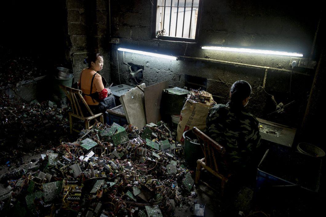 """«Des femmes fondent des pièces. Une fois les composants chauffés, ils se remplacent plusfacilement. Les ventilateurs sont censés diriger les vapeurs hautement toxiques vers l'extérieur. Beaucoup de gens savent très bien qu'ils exécutent un travail dangereux. Les brûleurs au Ghana m'ont raconté que la nuit, ils étaient réveillés par des maux de crâne et par leur mal degorge. Il m'ont dit qu'ils n'avaient pas le choix de mettre un terme àcette tâche, faute d'avoirété à l'école. Pourquoi ne s'écartent-ils pas des fumées au moins quand les câblesbrûlent? """"Parce qu'on nous les volerait!"""". Quant aux femmes qui, en Chine, au-dessus de leurs établis, respirent les fumées de plastiques ou des composantes pour juger de leur qualité, elles prennent beaucoup de risques, ça va sans dire. Elles s'exposent à des conséquences pour leur cerveau et leurs poumons.»"""
