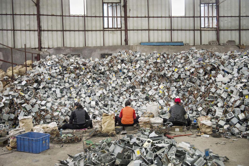 «La situation est différente selon les pays. Au Ghana, ces déchets sont récupérés la plupart du temps par de jeunes garçons qui n'ont même pas les bons outils, au point d'opérer à mains nues. Les téléviseurs sont cassés avec des pierres ou frappés au sol jusqu'à ce qu'ils explosent, afin d'enextraire les métaux (fer, cuivre, aluminium). En Chine, le processusest plus industrialisé. Les gens peuvent travailler dans de petits ateliers familiaux ou dans d'immenses halls d'usines. Mais pour l'environnement, le résultat est le même –il se révèle peut-être même pire, car les produits chimiques, dans ce pays, sont utiliséspour récupérer des métaux précieux tels que l'or.»