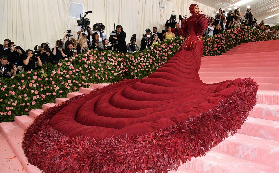 La rappeuse américaine Cardi B arrive au Metropolitan Museum of Art de New York, le 6 mai, à l'occasion duMET Gala 2019. Ce gala collecte des fonds pour l'Anna Wintour Costume Center et marquele lancement de l'exposition annuelle de l'Institut du costume. Le dress code des invité·es est strict et doit respecter le thème du gala qui, en cette année 2019, était intitulé «Camp: Notes onFashion», inspiré de l'essai de Susan Sontag,Notes onCamp.