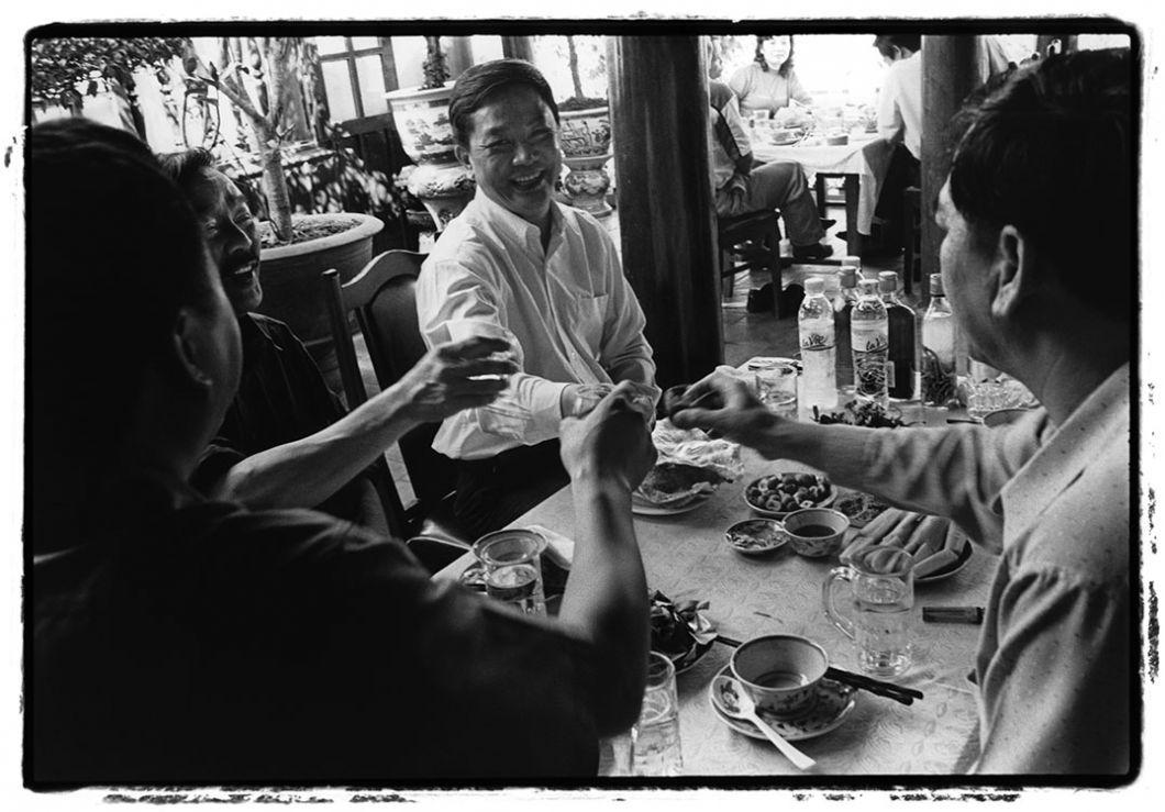«L'homme au centre boit du sang de serpent dans un restaurant de viande de reptile à Hanoï. Il n'était pas content quand j'ai pris la photo. Mais plutôt parce qu'il la considérait comme une atteinte à sa vie privée qu'à cause del'enregistrement de son geste. Carcette pratique n'est pas un crime au Vietnam. Les personnes qui consomment cet animal sont convaincues que ses organesrenforcent leur pouvoiret qu'ils possèdent des qualités aphrodisiaques.»