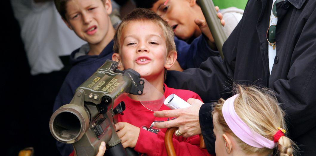 Un enfant manipule un lance-missiles, le 25 septembre 2005 à Paris, sur l'esplanade des Invalides transformée en grande base militaire pour le week-end dans le cadre des journées Nation-Défense | Damien Meyer / AFP