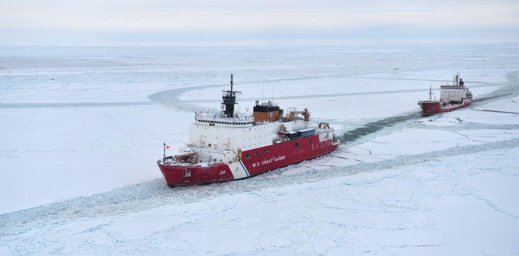Les Garde-côtes américains escortent un tanker russe pour livrer du pétrole à Nome, en Alaska, en 2014.|AFP / US Coast Guard