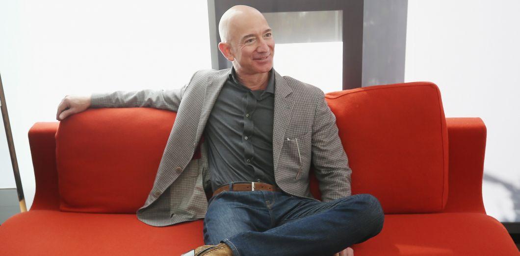 Jeff Bezos, le PDG d'Amazon, sur un canapé rouge | Phillip Faraone / Getty Images North America / AFP