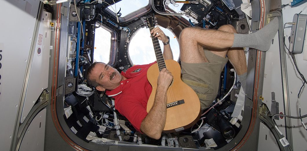 Chris Hadfield, dans la Station spatiale internationale en décembre 2012. AFP PHOTO / HANDOUT / NASA HO / NASA / AFP