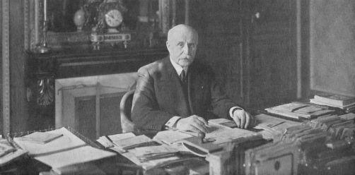 Philippe Pétain, dans son bureau de vice-président du Conseil en mai 1940. | L'Illustration, n° 5073 du 25 mai 1940 via Wikimedia