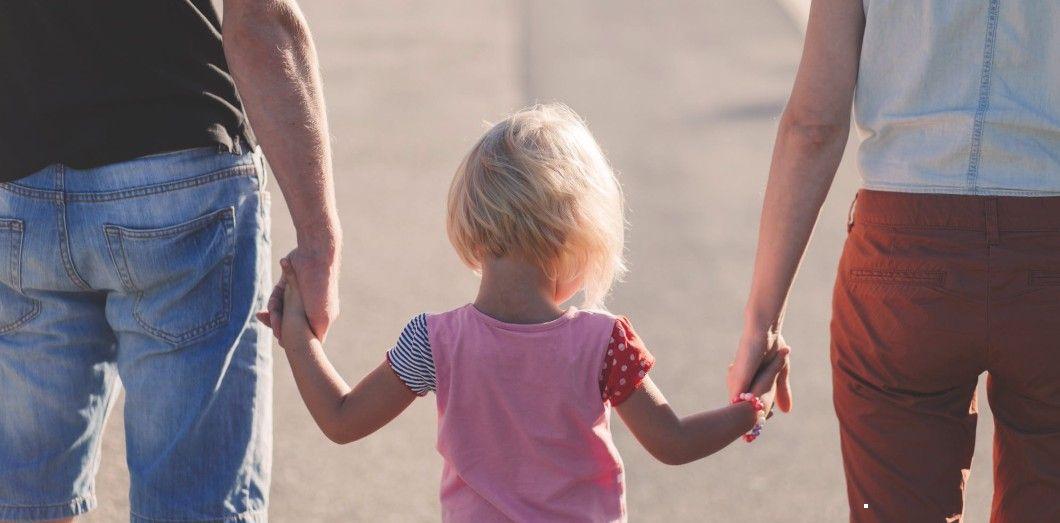 L'initiative du député Patrick Vial vise à rendre automatique la transmission des deux noms de famille à la naissance d'un enfant. | freestocks.org via Pexels