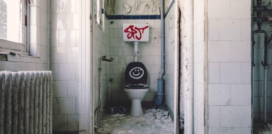 Lors d'une rencontre avec des matières fécales dans les toilettes publiques, il existera toujours un risque d'infection.   Gabor Monori via Unsplash License by
