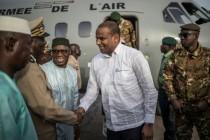 Le Premier ministre malien Boubou Cissé est accueilli par des dignitaires à son arrivée à Sévaré, dans le centre du Mali, le 3 juillet 2019