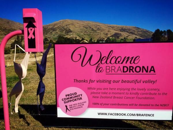 Brustkrebs Charity spenden Aktionen Kampagnen Bradrona Zaun mit BH