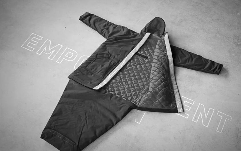 Eine Jacke die man zu einem Schlafsack verwandeln kann: ein Segen für Obdachlose