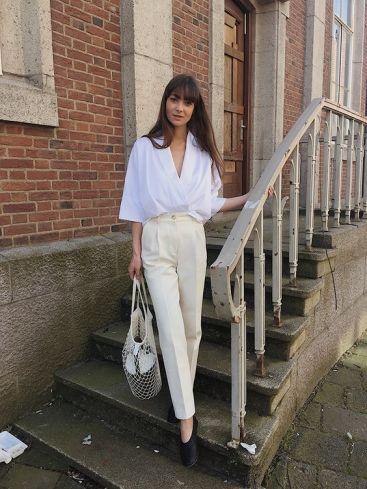 Le pantalon crème et haut blanc