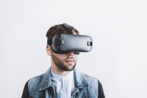 Muž s VR headsetem