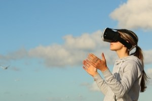 Žena s VR headsetem