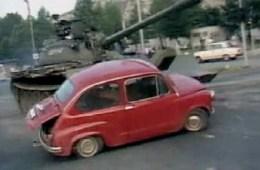 Tenk JNA gazi crvenog fiću u Osijeku 1991.