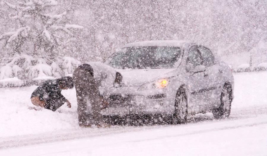 Karlovac, 08.12.2012 - Snijeg zameo autocestu A1