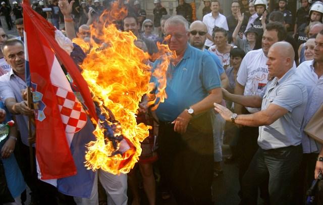 šešelj zapalio hrvatsku zastavu