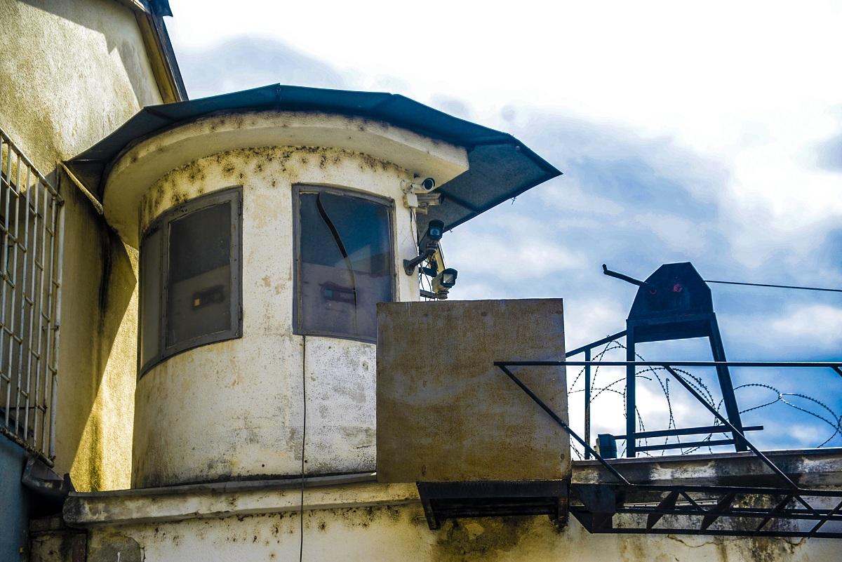 Жена се дерела пред затворот во Шутка и му се заканувала на Есад Рахиќ