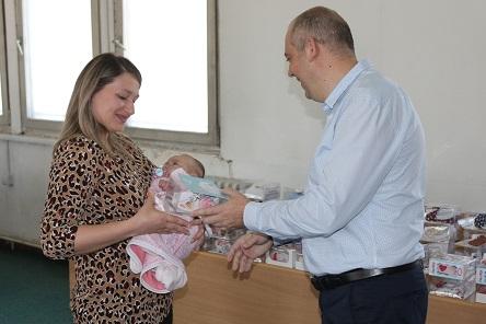 Поделени 76 ваучери за новороденчиња во Кисела Вода
