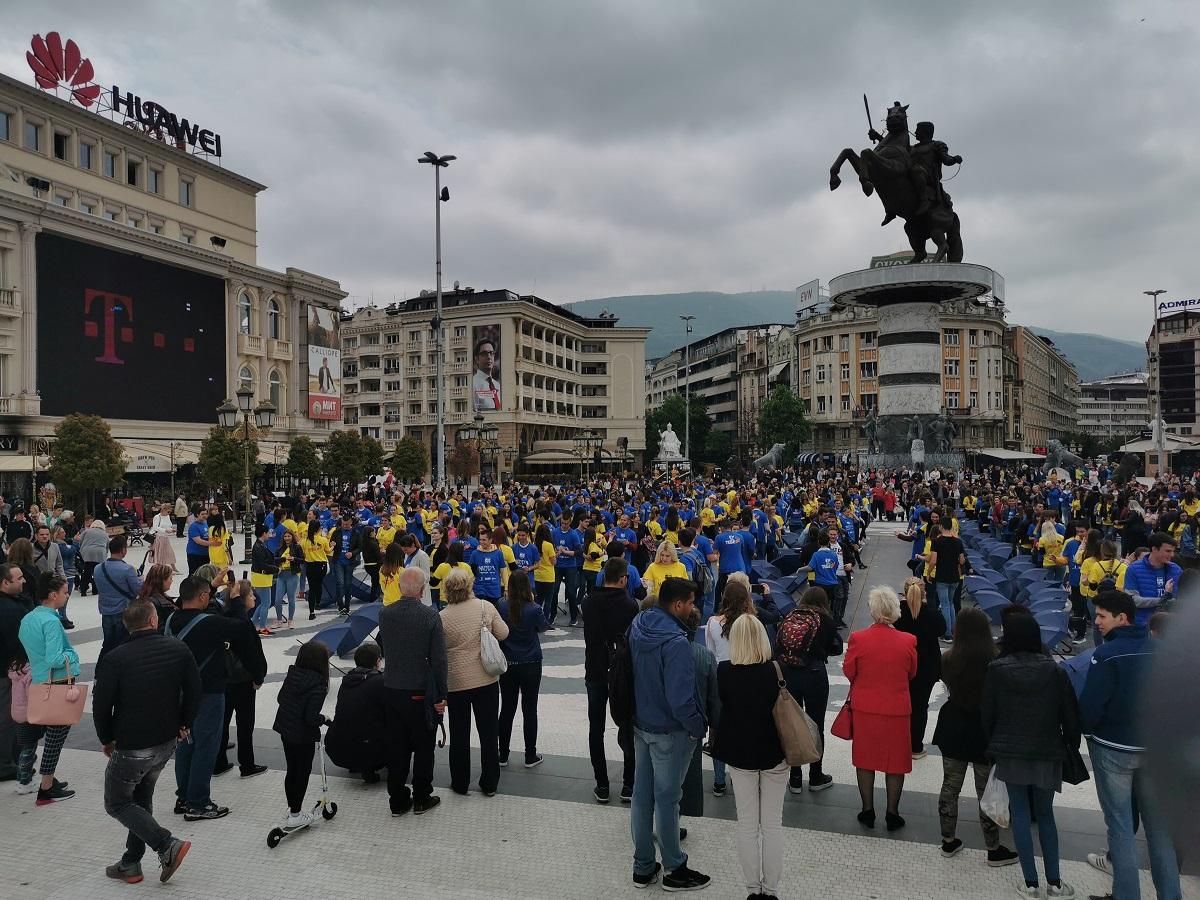 Матурантите повторно танцуваа на скопскиот плоштад (ВИДЕО)