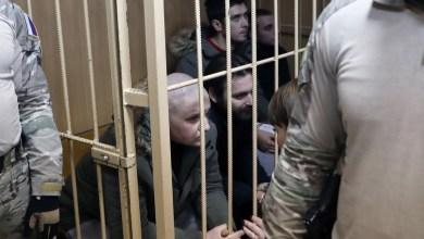 Украинските морнари во кафез за време на сослушувањето во судот во Русија. Дваесет и четири морнари на украинската морнарица беа уапсени на 25 ноември во 2018 година поради илегално преминување на руската граница.
