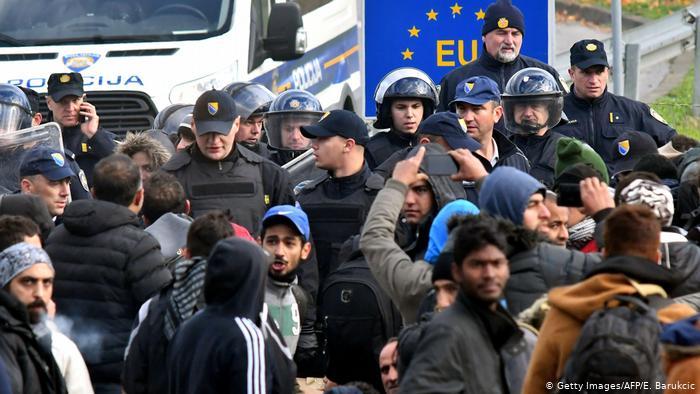 Повредени четворица полицајци при преместување на 500 мигранти од Бихаќ