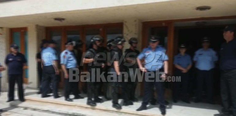 Тензично во Тропоја, се кршат гласачки места