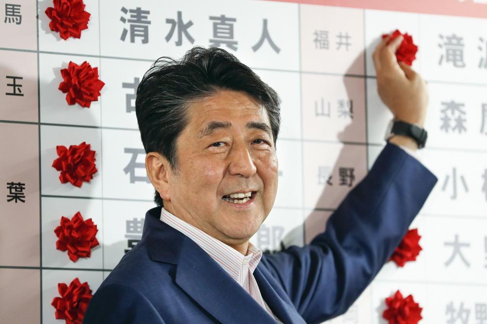 Партијата на јапонскиот премиер Шинѕо Абе води на изборите за Горниот дом на Парламентот