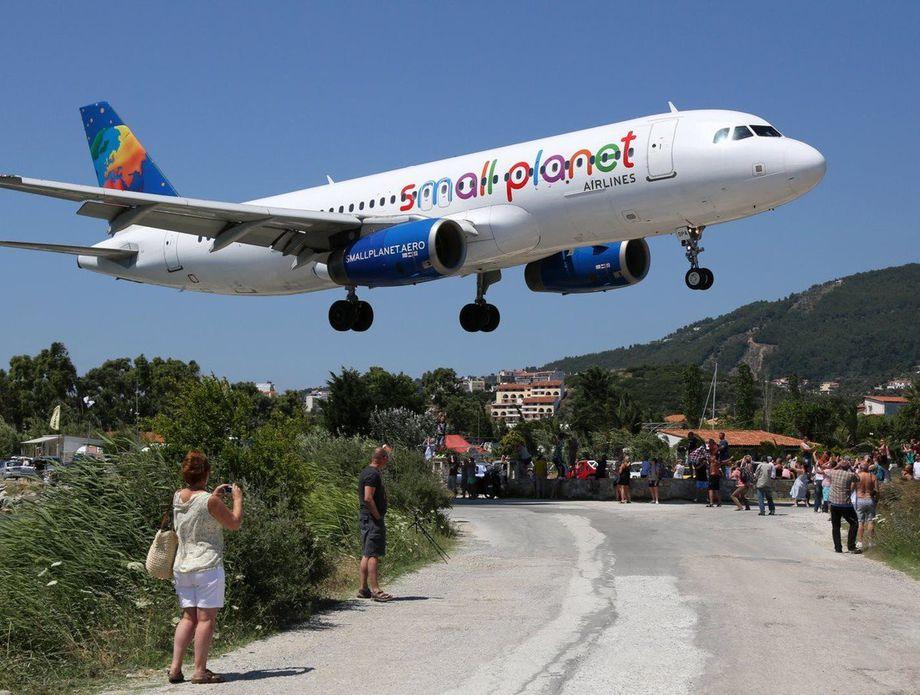 ПАЗИ, АВИОН! Грчки остров на кој туристите доаѓаат поради опасната писта